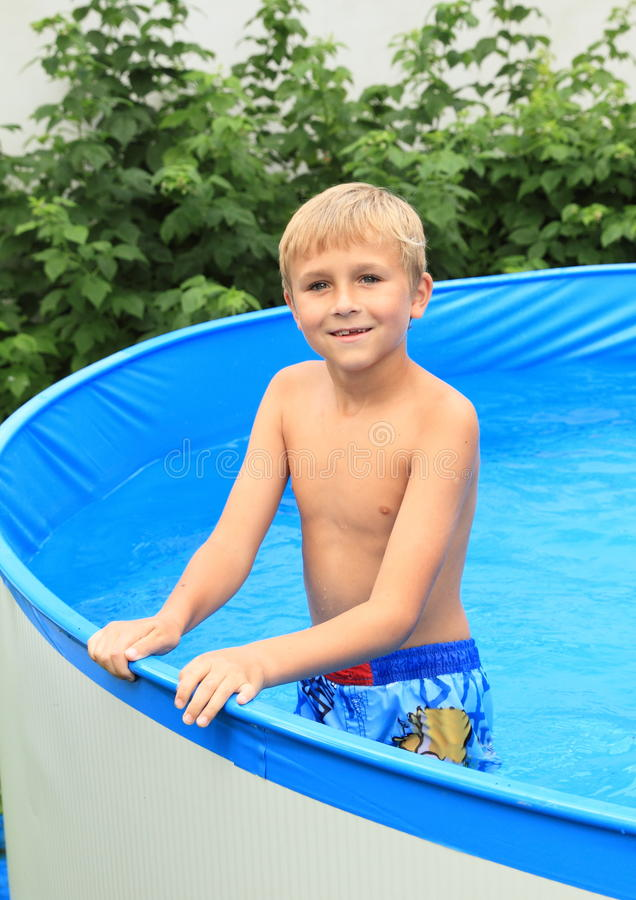 Junge im Pool lizenzfreies stockbild