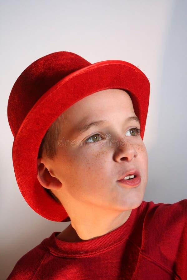 Junge im roten Spitzenhut stockfoto