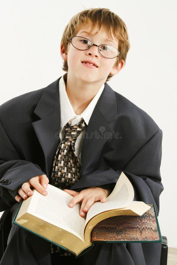 Junge im sackartigen Klage-Messwert stockfotografie