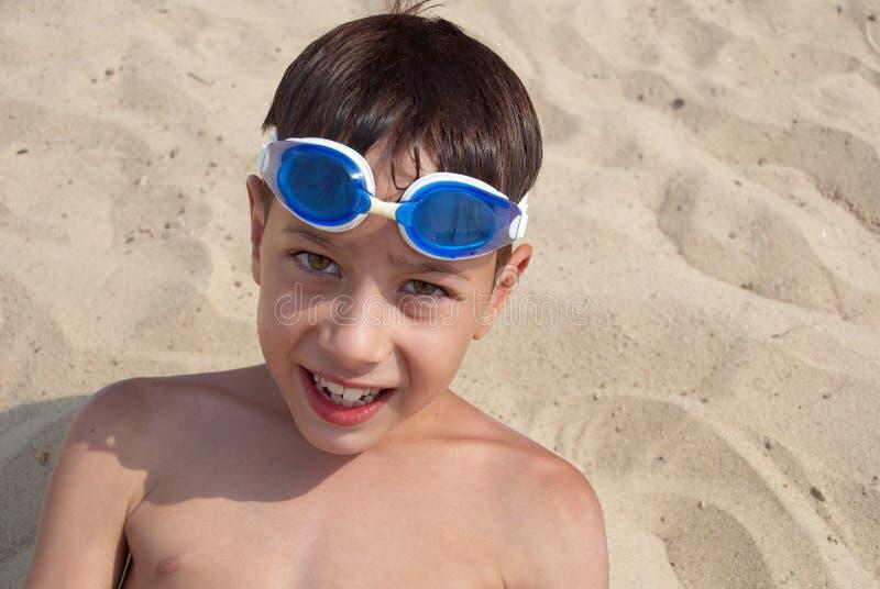 Junge im Sand stockbilder