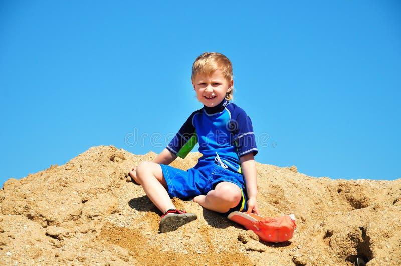 Junge im Sand lizenzfreie stockfotos