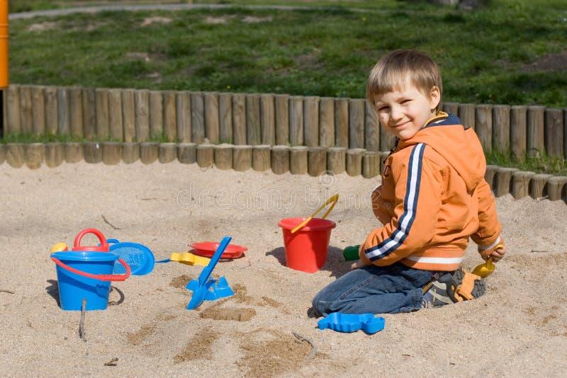 Junge im Sandkasten stockfoto