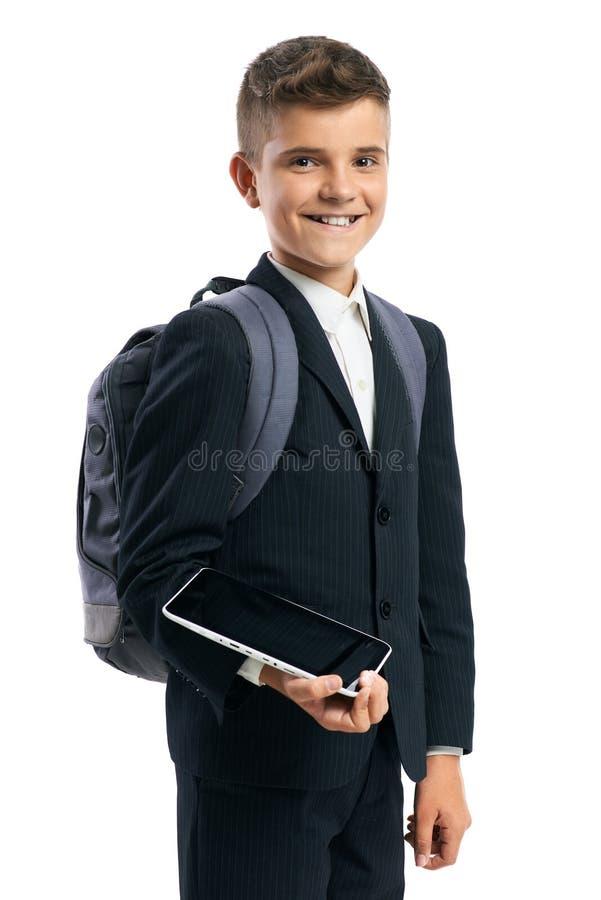 Junge im schwarzen Anzug, der einen Tablet-Computer hält stockfotos