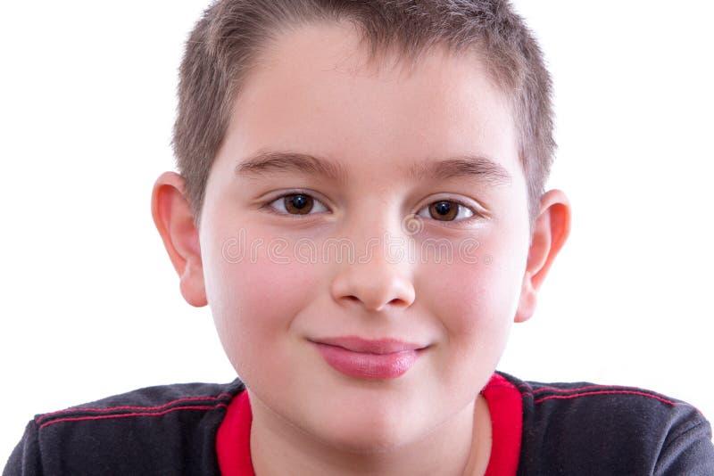 Junge im schwarzen und roten Hemd lächelnd an der Kamera lizenzfreie stockfotografie