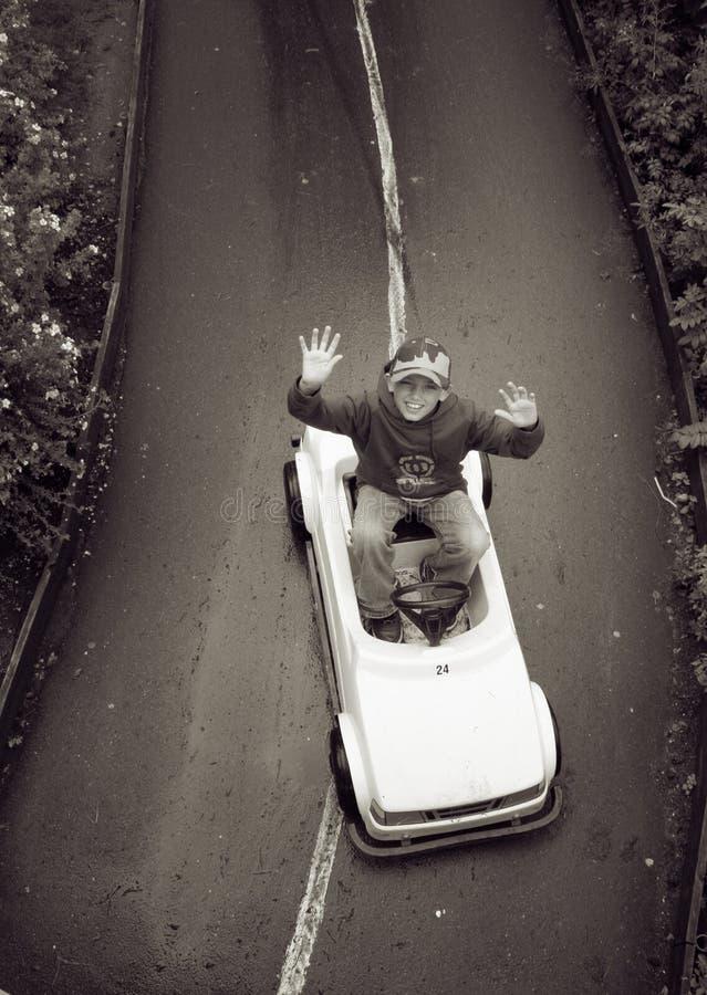 Junge im Spielauto lizenzfreies stockfoto