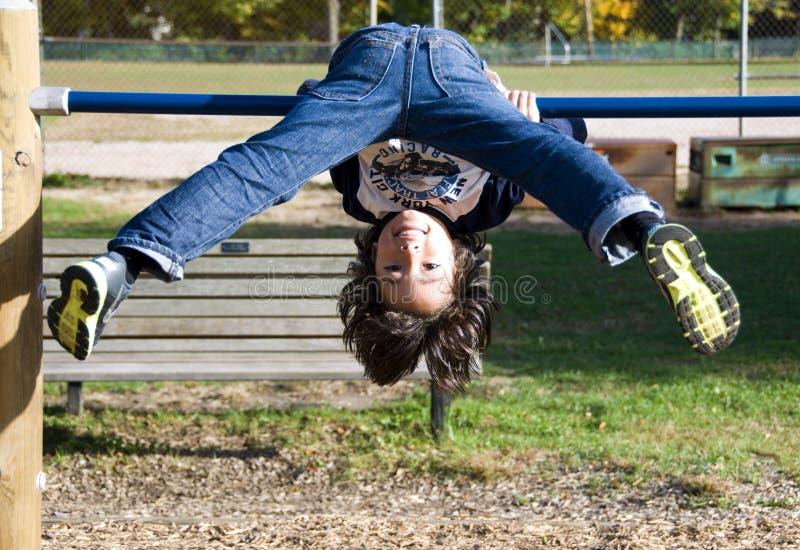 Junge im Spielplatz stockbild