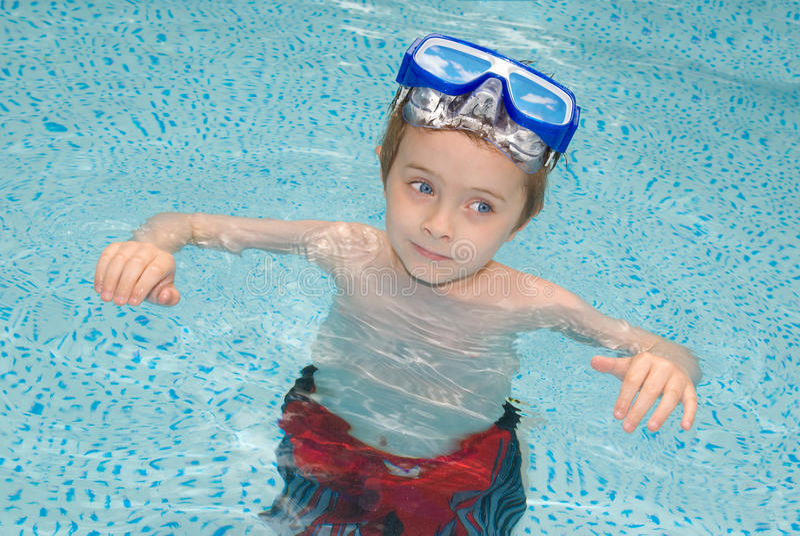Junge im Swimmingpool stockfoto