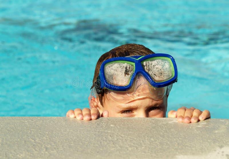 Junge im Swimmingpool lizenzfreies stockbild