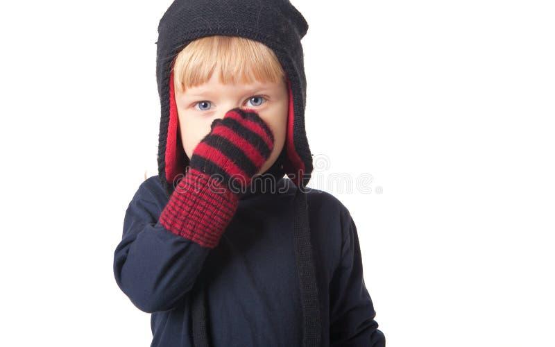 Junge im Winterschutzkappenportrait lizenzfreies stockfoto