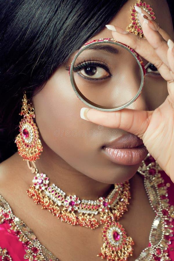 Junge indische Frau in der traditionellen Kleidung lizenzfreies stockbild