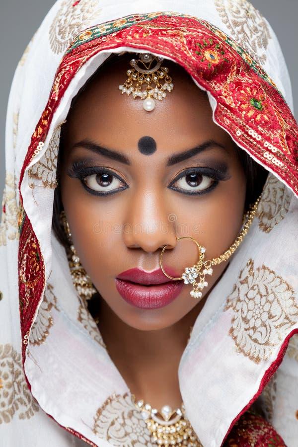 Junge indische Frau in der traditionellen Kleidung mit Brautmake-up und Schmuck lizenzfreie stockfotos