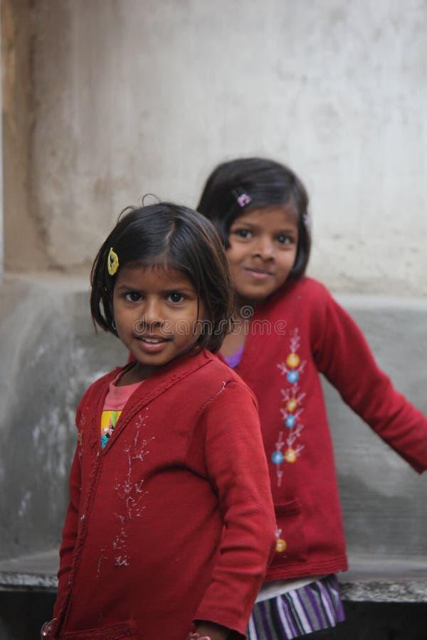 Junge indische Schwestern stockfotos