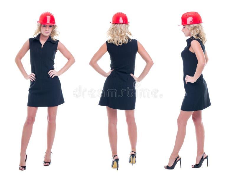 Junge Ingenieurfrau in der formellen Kleidung und in der Sturzhelmaufstellung lokalisiert stockfotos