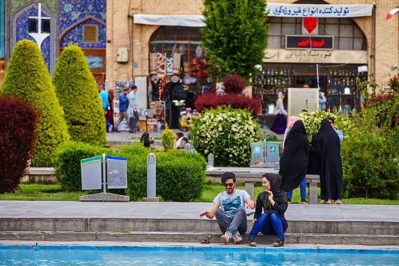 Junge iranische Paare, die Spaß auf einem Datum, Isfahan, der Iran haben lizenzfreie stockfotos