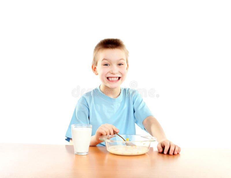 Junge isst stockbild
