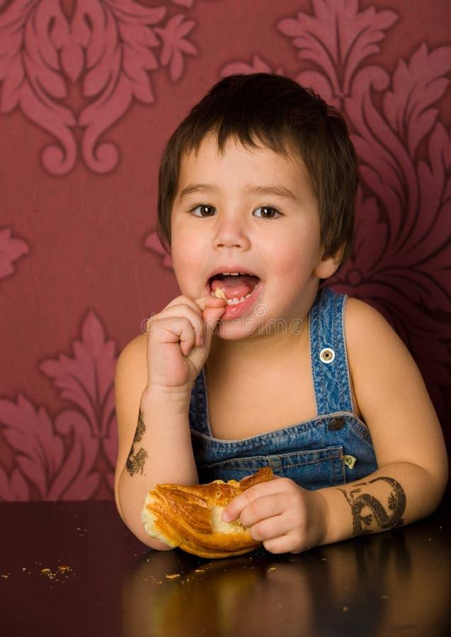 Junge isst Brot lizenzfreies stockbild