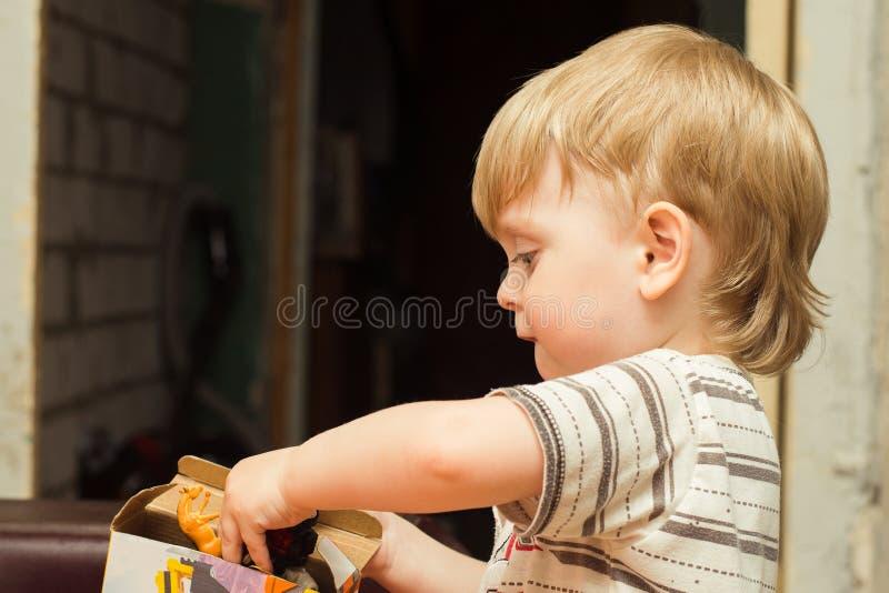 Junge 3 Jahre alte Spiele zu Hause stockbilder