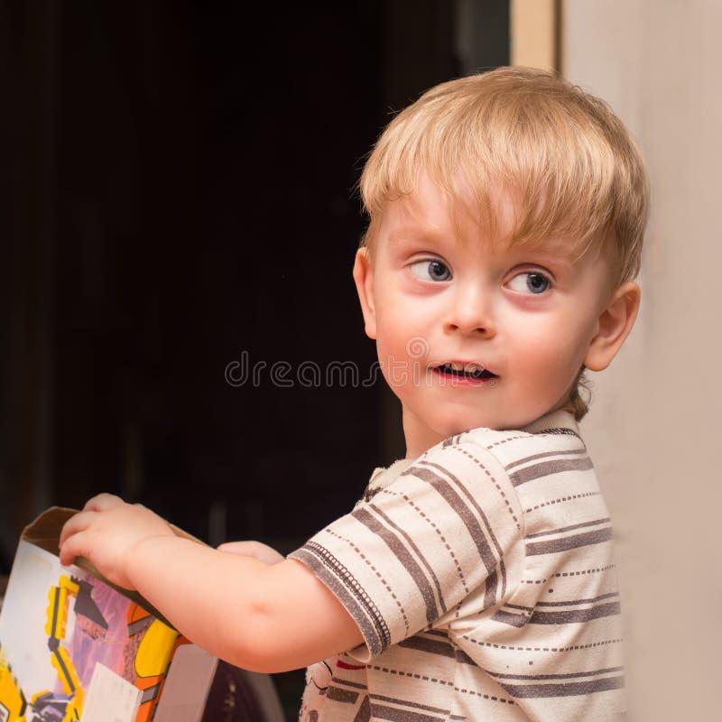 Junge 3 Jahre alte Spiele zu Hause stockbild