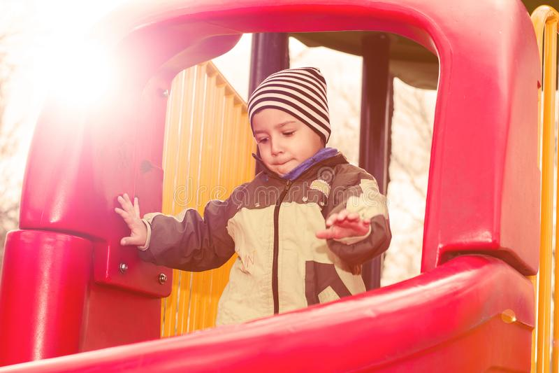 Junge 4 Jahre alte Spielen auf dem Spielplatz stockfotos
