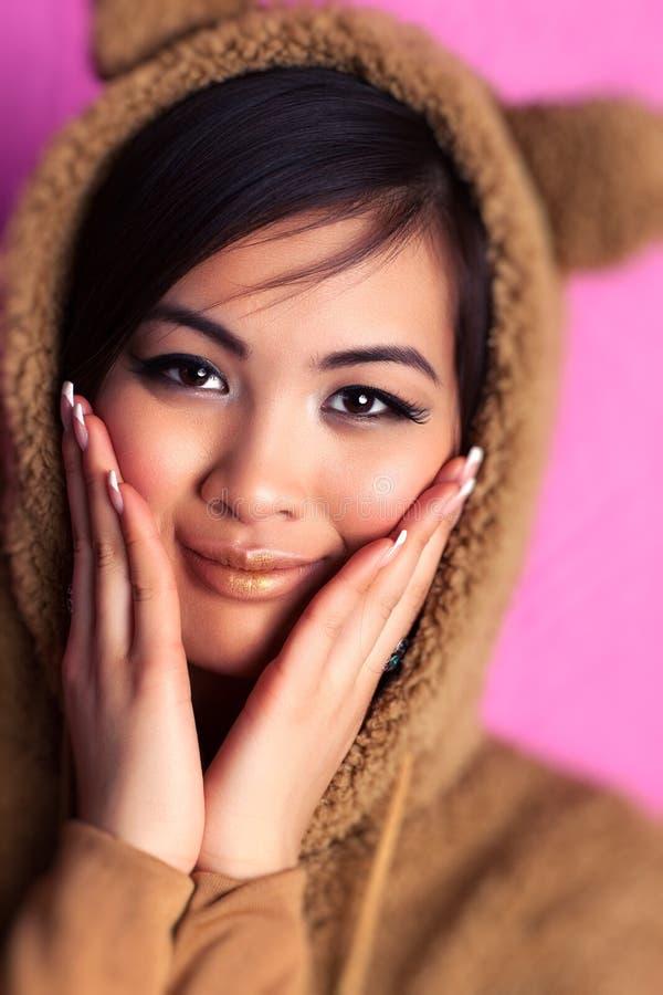 Junge Japan-Frau in der Bärenklage stockfotografie