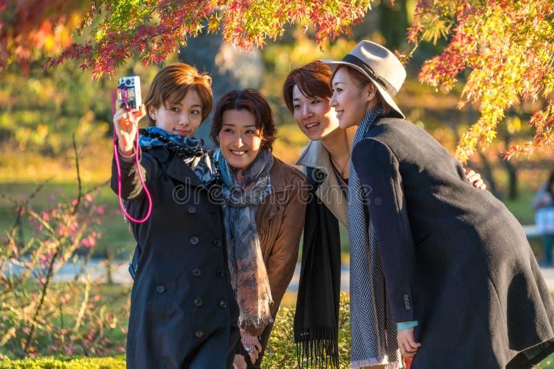 Junge japanische Frauen, die selfie in Kenrokuen-Garten, Japan nehmen stockfoto