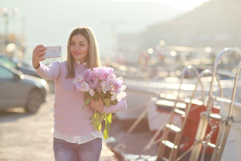 Junge Jeansfrau auf Touristenreise im Hafen stockfoto
