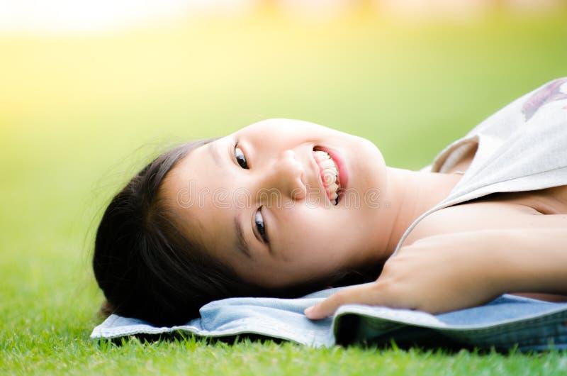 Junge jugendlich des Mädchens entspannen sich stockfoto