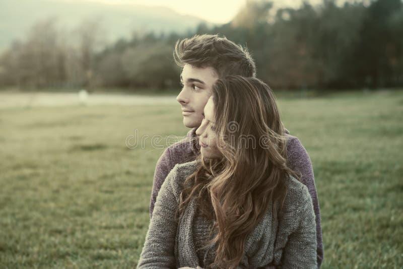 Junge Jugendliche, die draußen flirten stockfotografie
