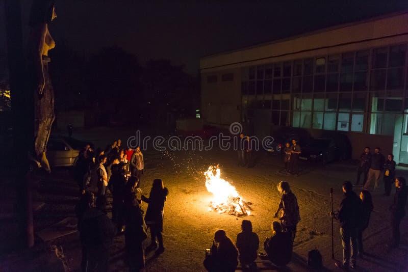 Junge Jugendliche, die in Feuer ihre Furcht werfen lizenzfreies stockbild