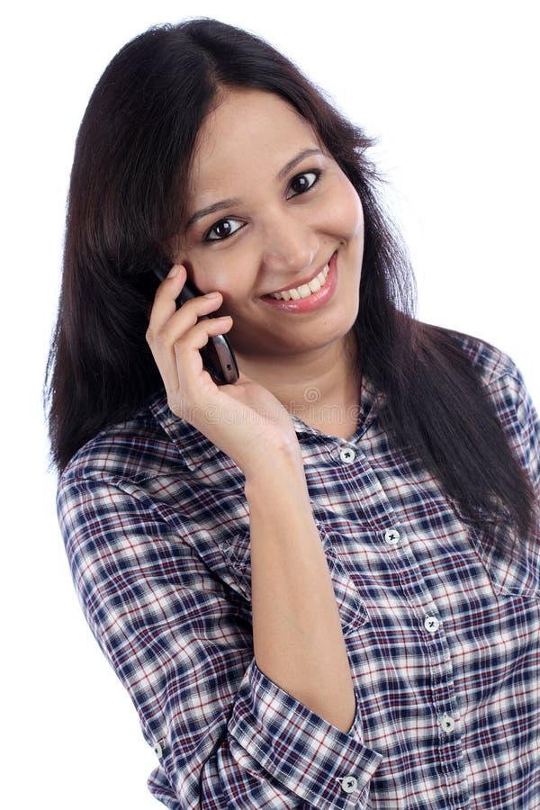 Junge Jugendliche, die am Telefon spricht lizenzfreies stockbild