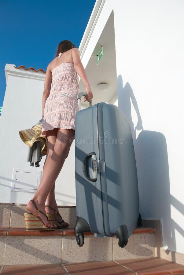 Junge Jugendliche mit einem Koffer lizenzfreie stockfotografie