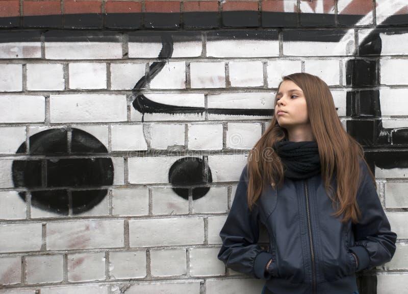 Junge Jugendliche nahe einer Wand lizenzfreie stockfotografie