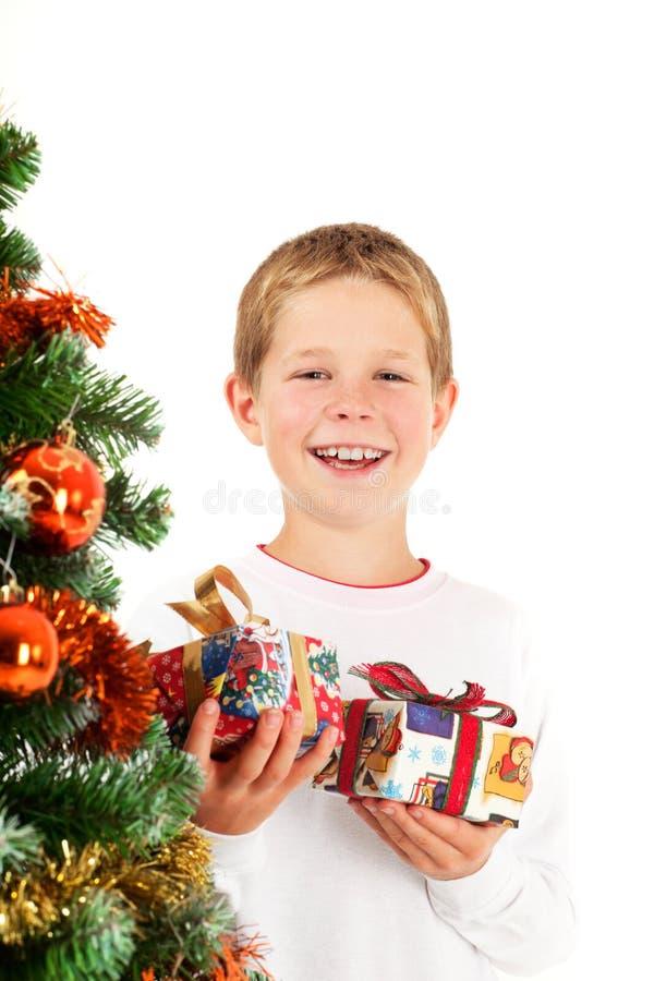 Junge Jungen- und Weihnachtsgeschenke lizenzfreies stockbild