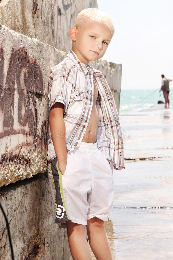 Junge Jungenaufstellung stockfotografie