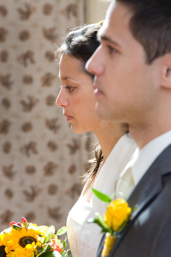 Junge Jungvermähltenpaare stockfotografie