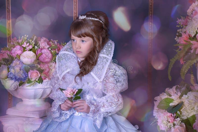 Junge Königin in einem schicken Kleid lizenzfreies stockfoto