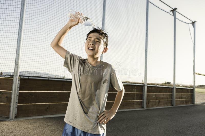 Junge kühlt weg nach Praxis ab stockfotografie