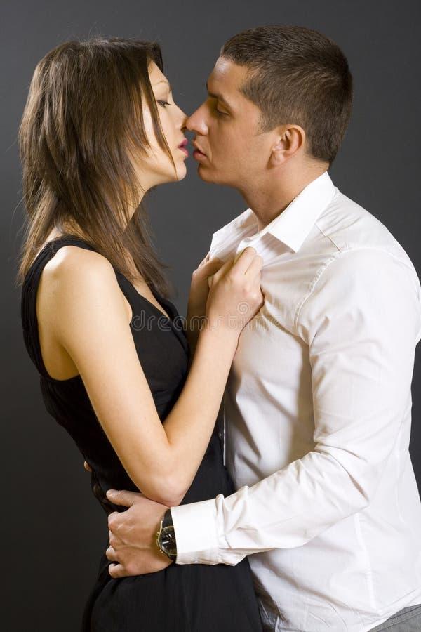 Junge küssende Paare, Studioschuß lizenzfreie stockfotos