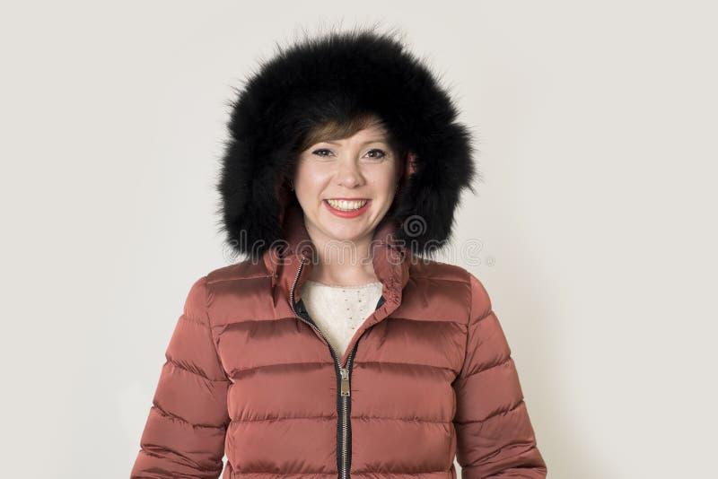 Junge kaukasische Frau des attraktiven und glücklichen roten Haares auf ihrem 20s oder 30s, die nette und lächelnde tragende warm lizenzfreies stockbild