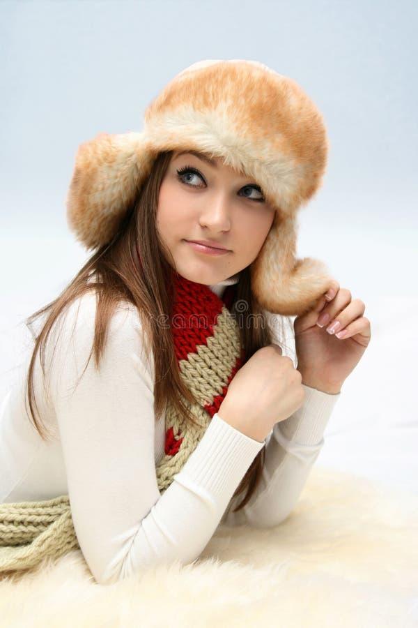 Junge kaukasische Frau im flaumigen Hut stockfotografie