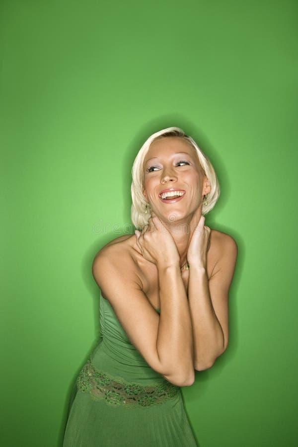 Junge kaukasische Frau tragende sundress. lizenzfreies stockfoto