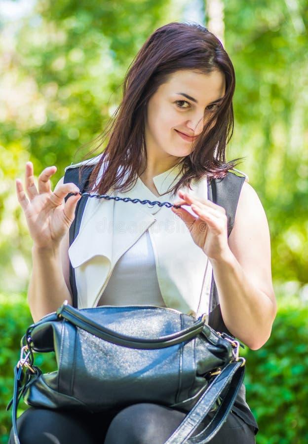 Junge kaukasische Geschäftsfrau in der stilvollen Kleidung im Park lizenzfreies stockfoto