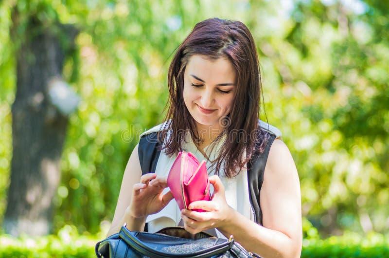 Junge kaukasische Geschäftsfrau in der stilvollen Kleidung im Park stockbilder