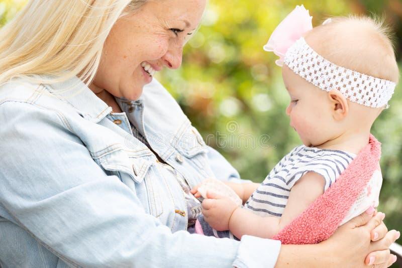 Junge kaukasische Mutter-und Baby-Tochter am Park stockbilder