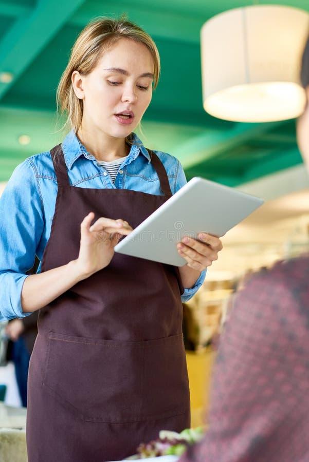 Junge Kellnerin Taking Orders lizenzfreie stockfotos
