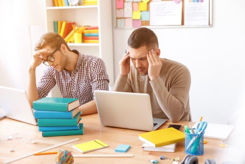 Junge Kerle, die zu Hause für Prüfungen studieren stockfoto