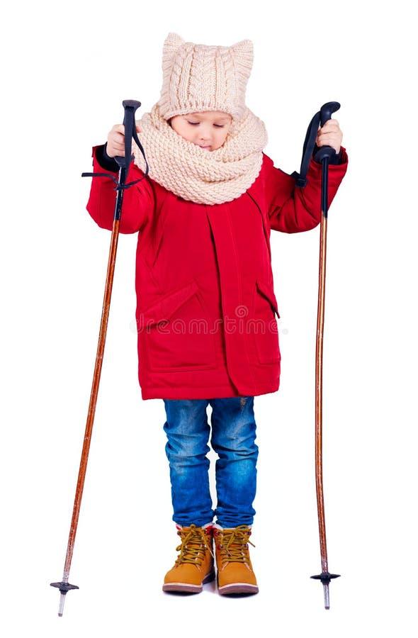 Junge, Kind mit Ski haftet auf lokalisiertem Hintergrund lizenzfreie stockfotos
