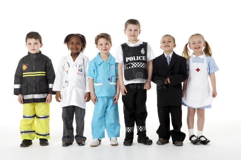 Junge Kinder, die oben als Berufe ankleiden lizenzfreie stockfotos
