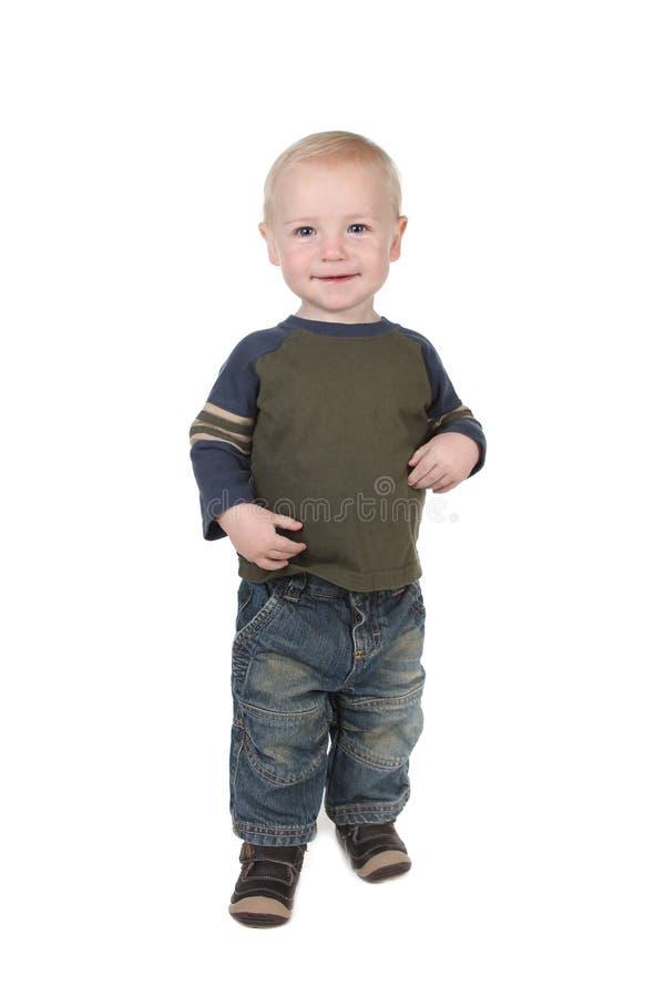 Junge Kleinkind-Jungen-Stellung stockfoto