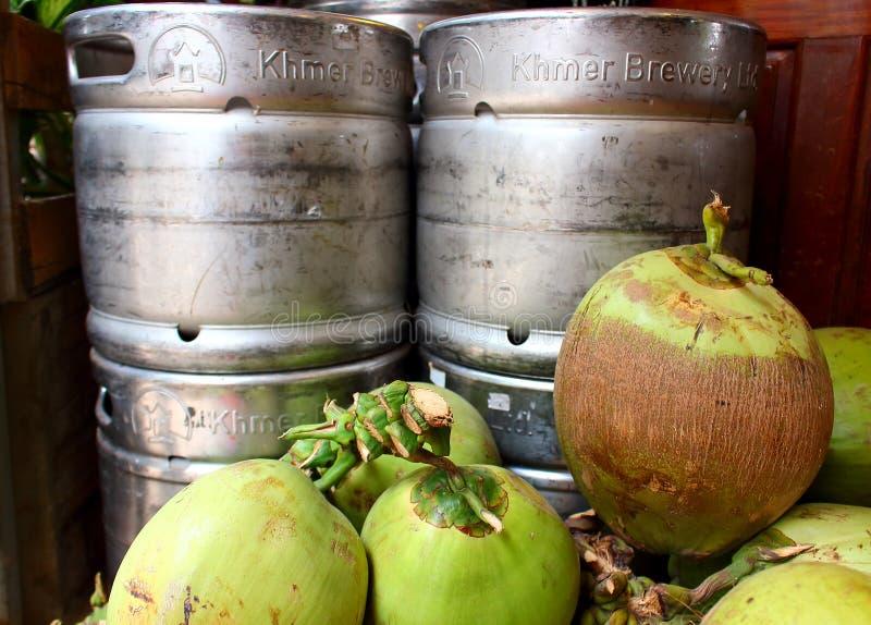 Junge Kokosnüsse und Metallbierfaß lizenzfreie stockbilder